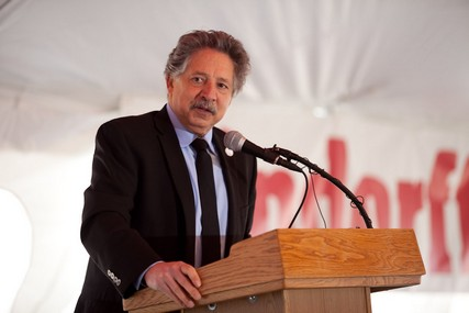 Madison Mayor Paul Soglin, who counts himself as a UW Health patient, delivers his remarks at the ceremony.